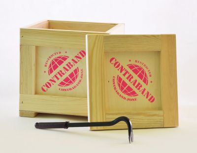 Leere Kisten mit Brechstange